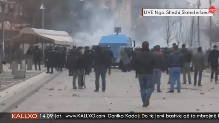 Policía usa gas lacrimógeno contra manifestantes en la región serbia de Kosovo