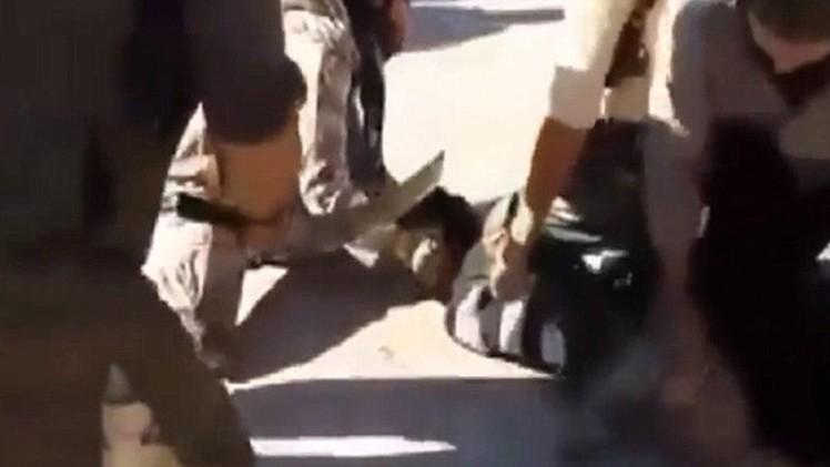 Fuertes imágenes: Estado Islámico decapita a un hombre que pide auxilio en vano