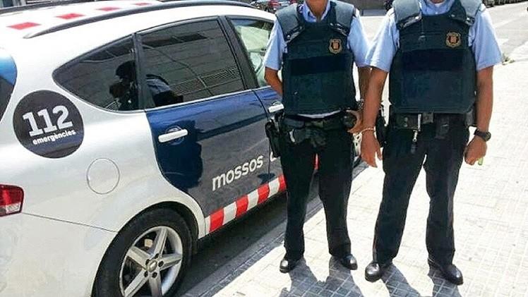 Agentes de la policía catalana golpean a un joven que les exigió identificarse