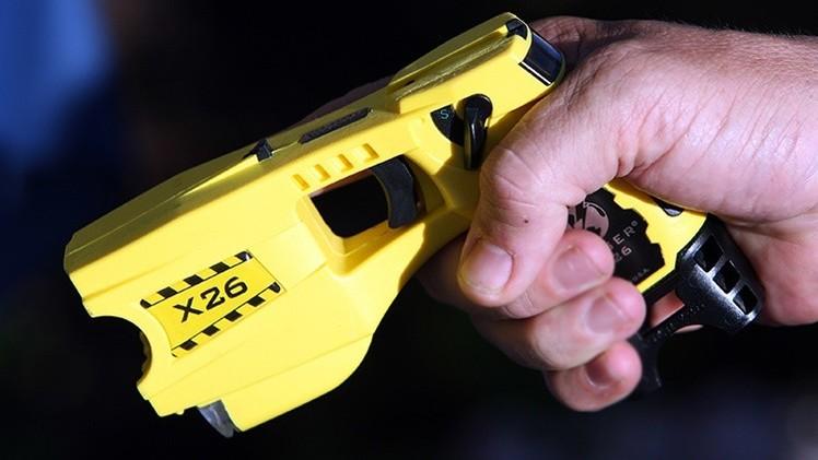 EE.UU.: Un niño pregunta a un policía cómo funciona su 'taser' y este lo electrocuta