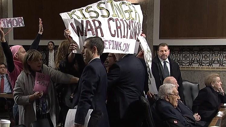 """Manifestantes en el Congreso de EE.UU.: """"Arresten a Kissinger por crímenes de guerra"""""""