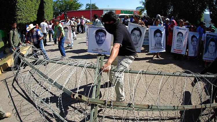 Padres de los 43 normalistas irrumpen en un batallón de infantería en Iguala