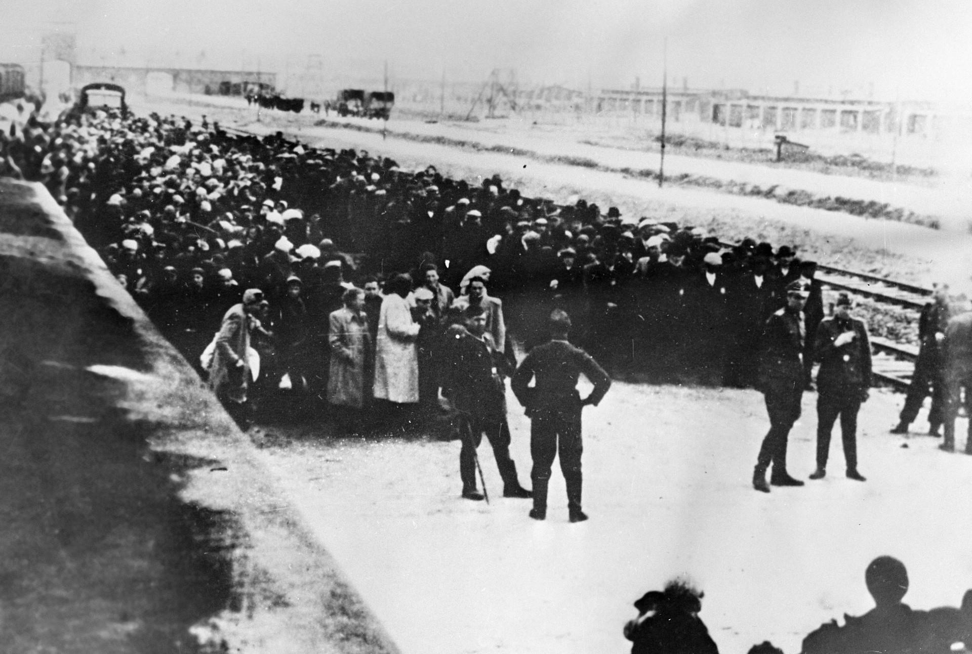 Transportan a los primeros prisioneros al campo de concentración.