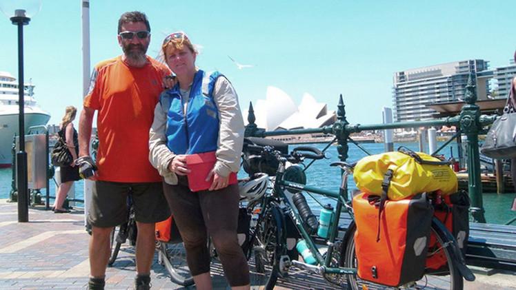 """La vuelta al mundo en 20 años: Una pareja de Australia dejó todo y se fue a un """"viaje sin fin"""""""