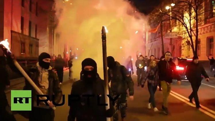 Video: Nacionalistas ucranianos marchan con antorchas por las calles de Kiev