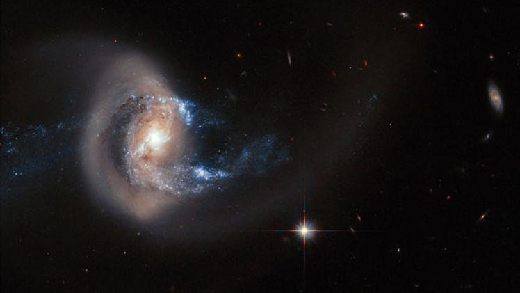 El telescopio Hubble capta un asombroso acto de canibalismo galáctico
