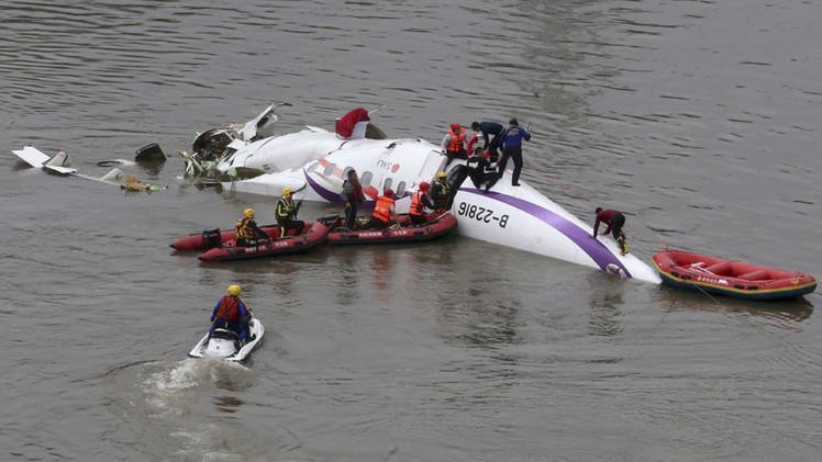 Al menos 40 muertos en el accidente de avión con 58 personas a bordo en Taiwán