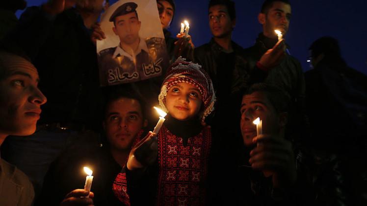 Video: Estado Islámico exhibe quema del piloto jordano mientras la multitud vitorea y ríe