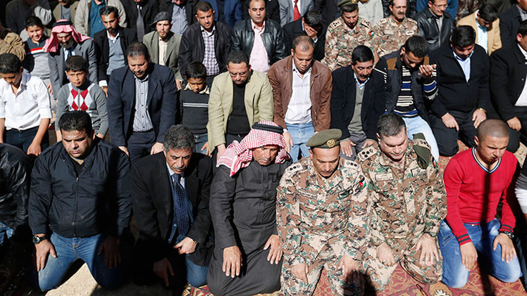 """Líderes musulmanes proponen """"crucificar o amputar las extremidades"""" a los terroristas del EI"""