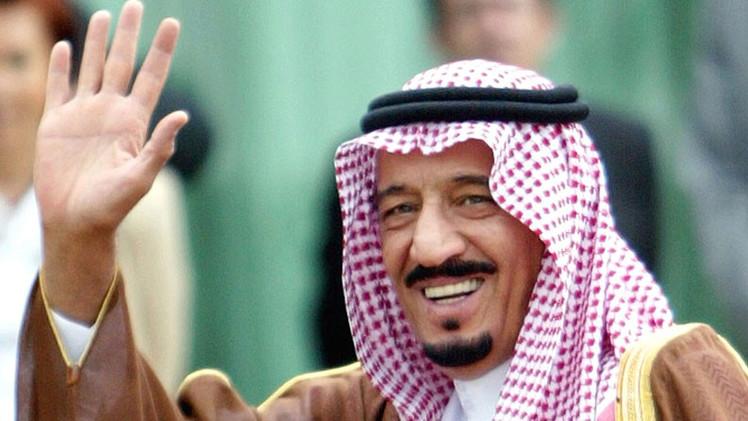 Video: Sauditas juran lealtad a un póster de cartón del nuevo rey Salmán