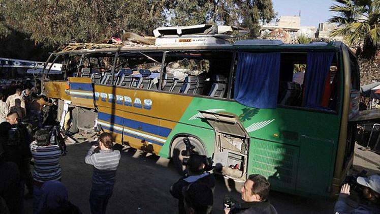 Heroico padre se lanza sobre un suicida para salvar a su hijo y los viajeros de un autobús