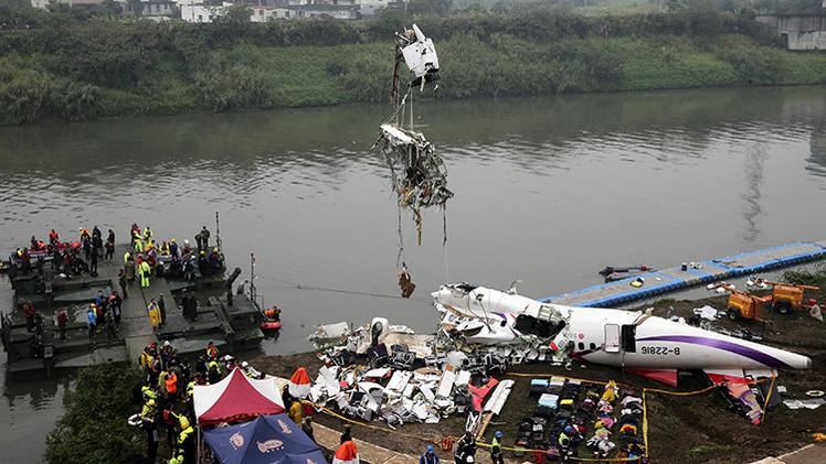Cajas negras del avión de TransAsia: El piloto apagó uno de los motores antes del siniestro