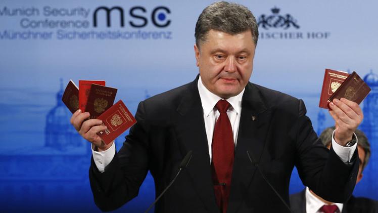 """Un nuevo espectáculo de Poroshenko: ahora exhibe """"pasaportes rusos"""" en Múnich"""