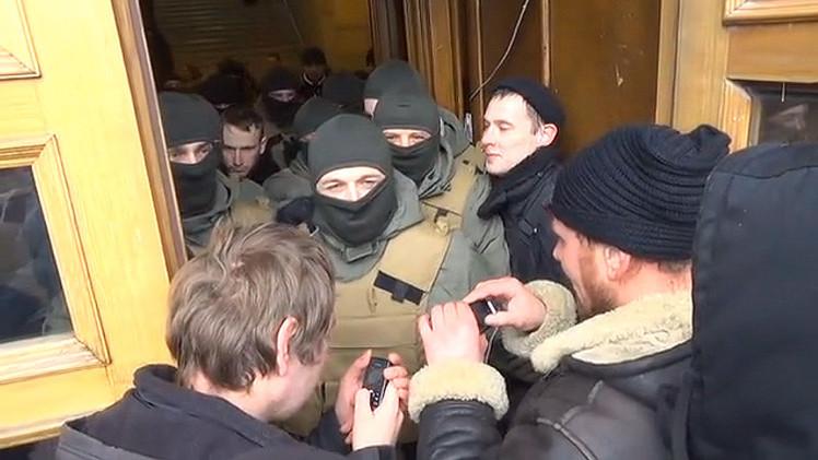 Manifestantes intentan asaltar el Ayuntamiento de Kiev