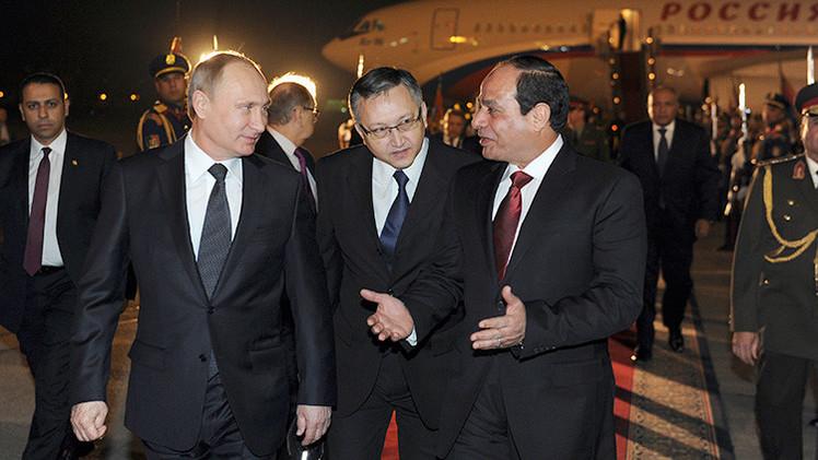 Video: Putin regala al presidente egipcio un fusil Kaláshnikov