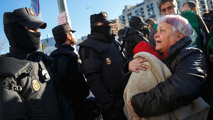 """#ElviraSeQueda: Desahucian """"de forma salvaje"""" a una madre soltera en España"""