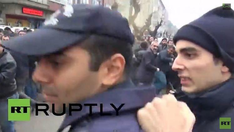 Video: Policía turco golpea a su colega por rechazar el uso del gas pimienta