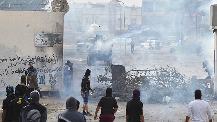 Fotos, Videos: La Policía dispersa con gases una protesta en Baréin por la 'primavera árabe'