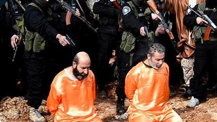 El Estado Islámico ejecuta y crucifica a presuntos espías ante la mirada de niños