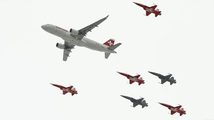 Video: Espectacular exhibición aérea de un Airbus A320 junto a varios cazas volando entre montañas