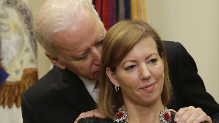 Video: El susurro de Biden a la esposa del jefe del Pentágono causa polémica en la Red
