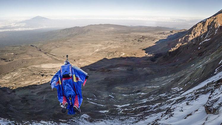 Video, fotos: Un ruso conquista el Kilimanjaro con un increíble salto base