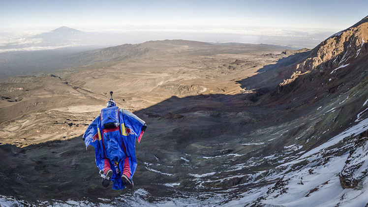 Video, fotos: Un ruso conquista el Kilimanjaro con un increíble salto base