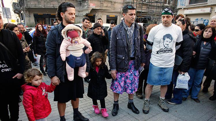 FOTOS: Hombres turcos protestan en minifalda contra el abuso sexual