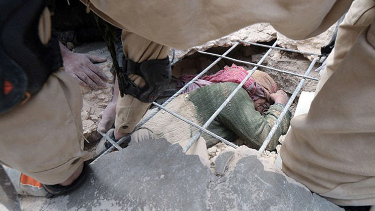 Impactantes imágenes: Rescatan a una anciana que sobrevivió a feroces bombardeos en Siria