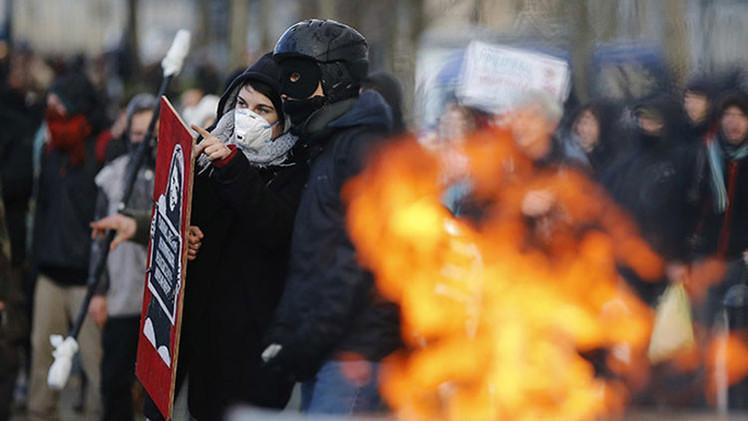 Video, fotos: Policía francesa dispersa con gases y cañones de agua a manifestantes antiviolencia