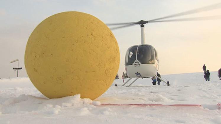 Video: Nueva práctica de jugar al golf con helicópteros causa furor en Rusia