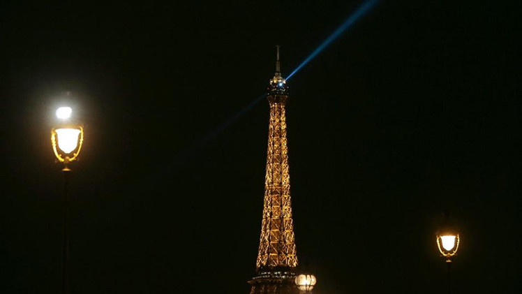 ¿Qué son los extraños objetos que sobrevuelan París por segunda noche consecutiva?