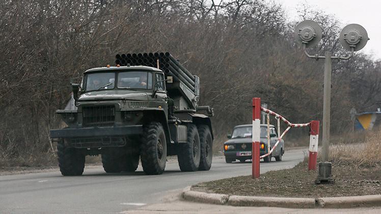 Lugansk y Donetsk culminan la retirada de 400 piezas de equipo pesado