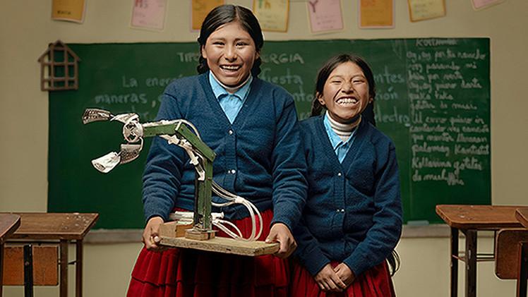 Niñas campesinas bolivianas crean un brazo hidráulico con material reciclable