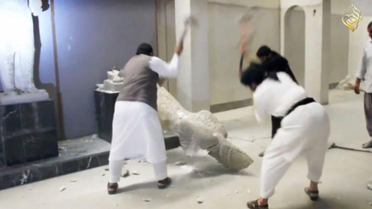 """Video: El Estado Islámico destruye valiosas esculturas de 3.000 años por considerarlas """"herejía"""""""
