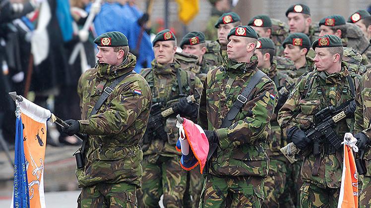 Video: Un estonio saluda a los militares de la OTAN agitando la bandera rusa