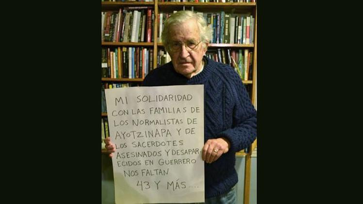 Chomsky se solidariza con las familias de estudiantes de Iguala a través de una foto