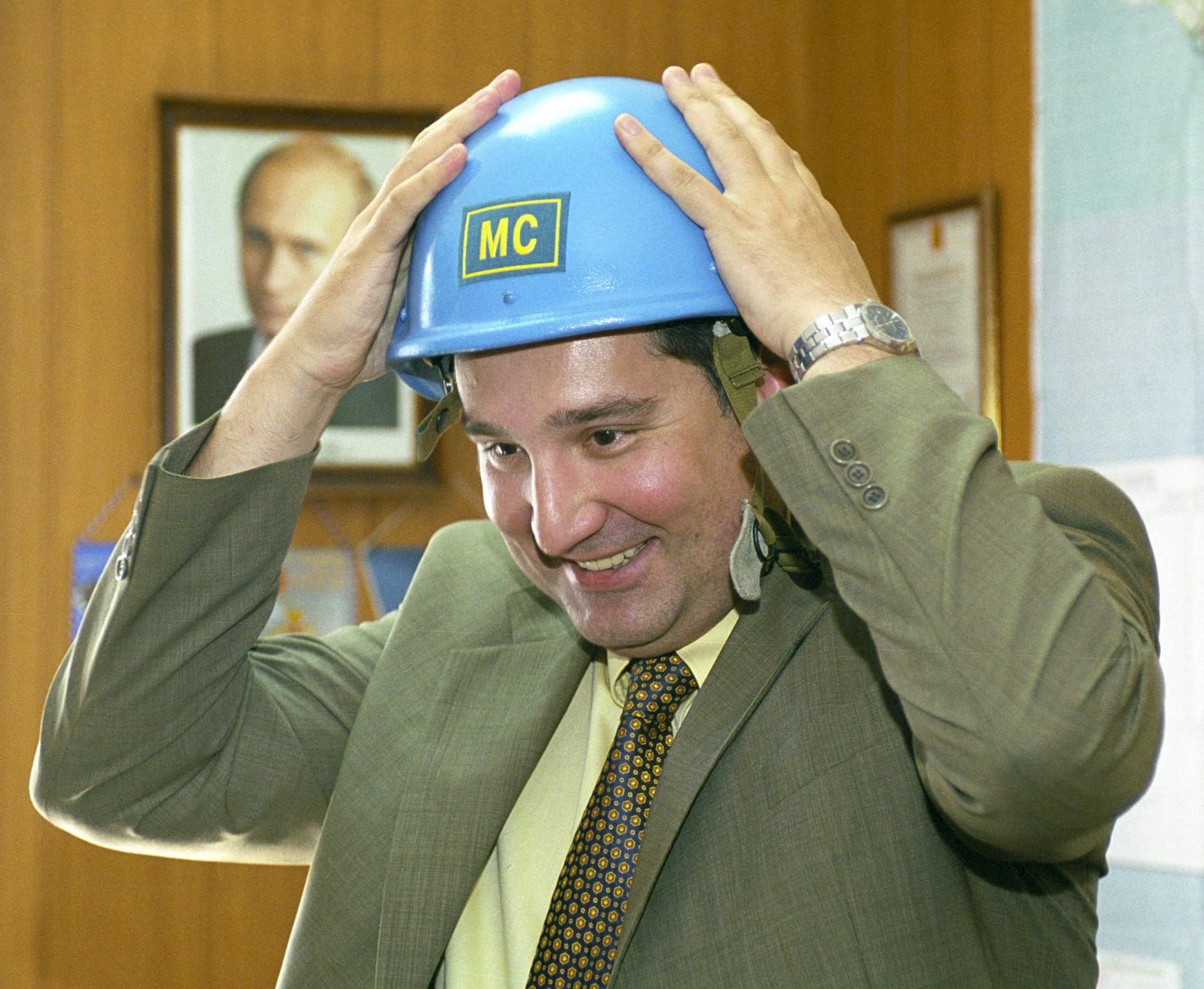 El entonces diputado Rogozin luce un casco azul en Abjasia, en 2004