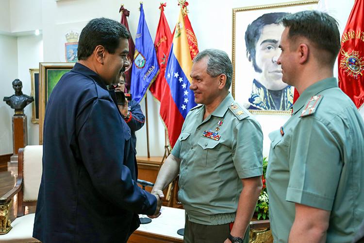 Serguéi Shoigú y Nicolás Maduro