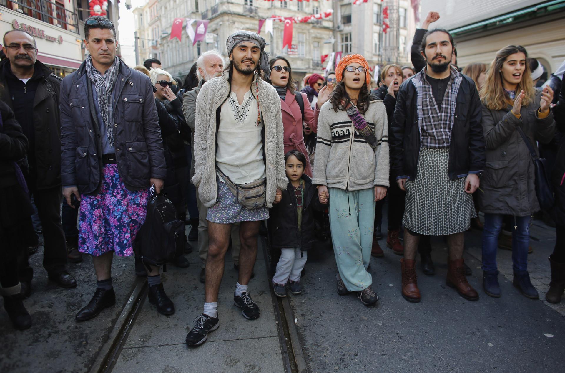 Hombres turcos llevan minifaldas en protesta contra el abuso sexual