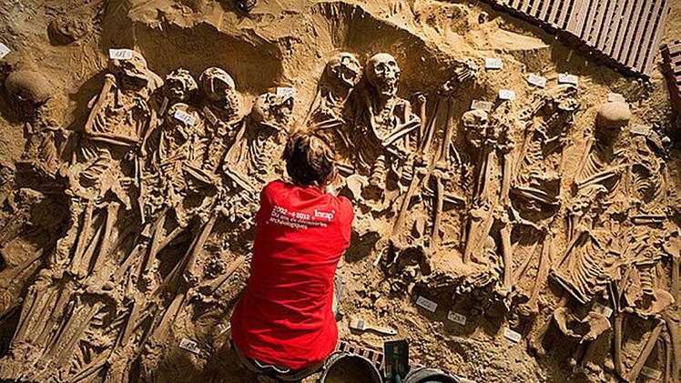 Hallan 200 cuerpos en la fosa común debajo de un supermercado en el centro de París