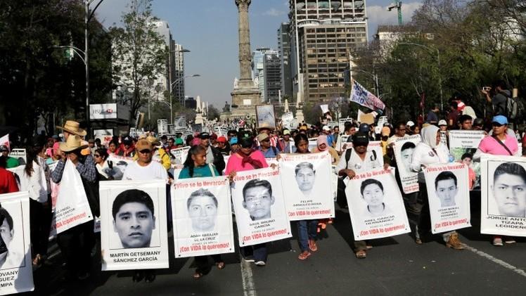 México: Autoridades no dejan que los padres de normalistas accedan a cuarteles militares