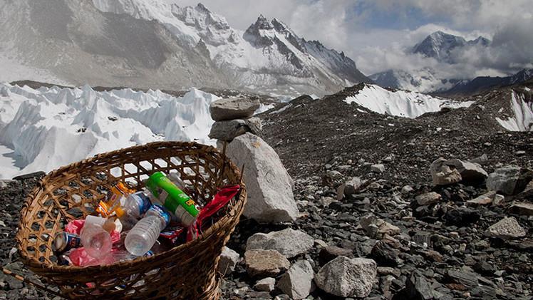 Basura, un desafío medioambiental para el monte más alto del mundo