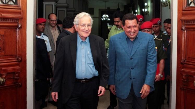 Noam Chomsky con Hugo Chavez en las puertas del palacio Miraflores