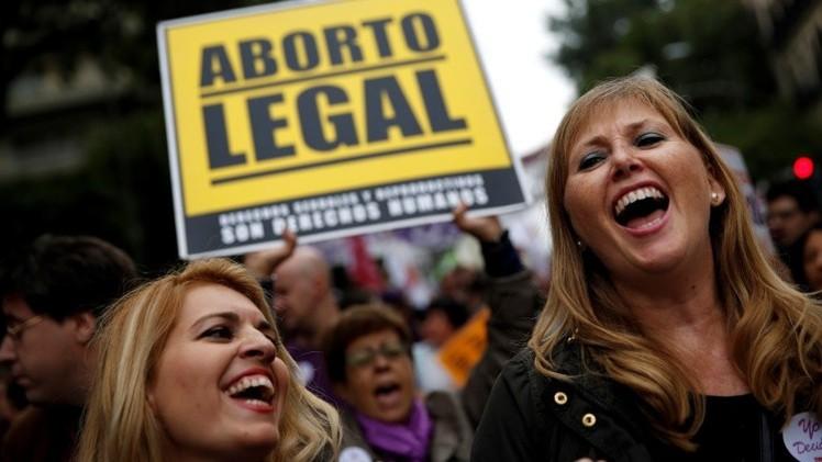 """Feministas al ministro de Sanidad español: """"Vuestras políticas nos matan"""""""