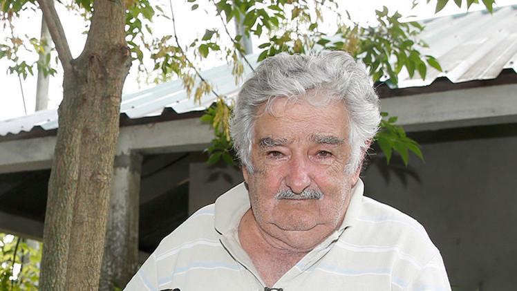 """Mujica elige el autobús para una visita como senador asegurando que """"se duerme mejor"""""""