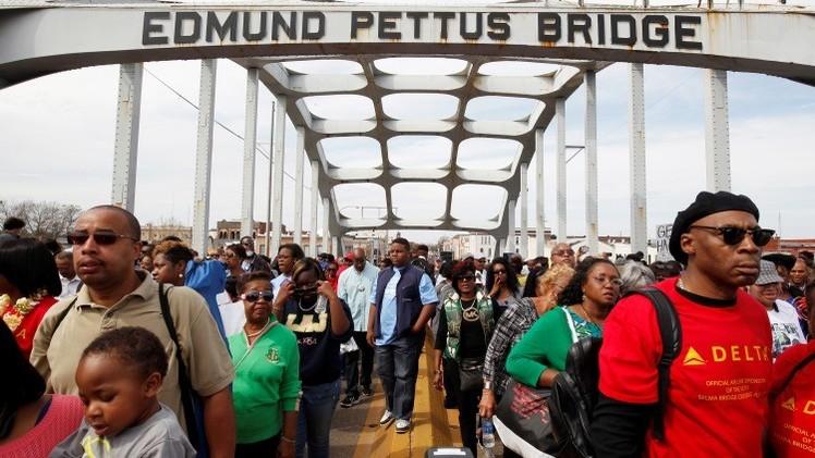 Miles de personas marchan por el puente Edmund Pettus, Selma (Alabama).