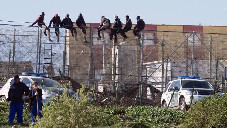 """La Guardia Civil detiene a una periodista en Melilla """"por montar negros en el coche"""""""