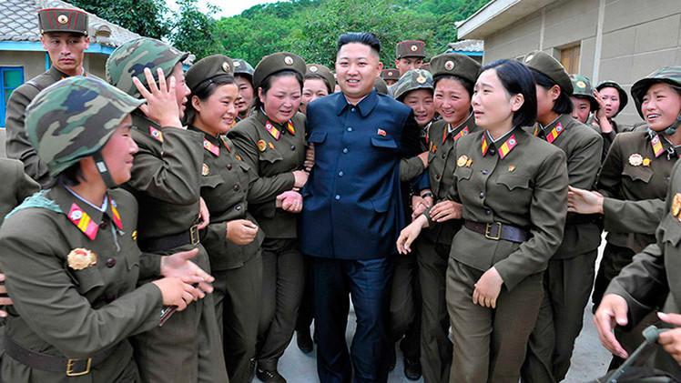 Mujeres soldado norcoreanas rompen filas y rompen a llorar por su líder
