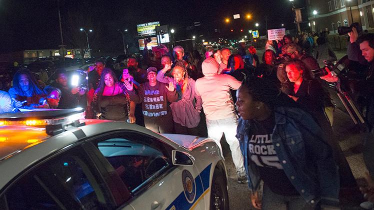 Video, fotos: Disparan contra dos policías durante protestas en Ferguson